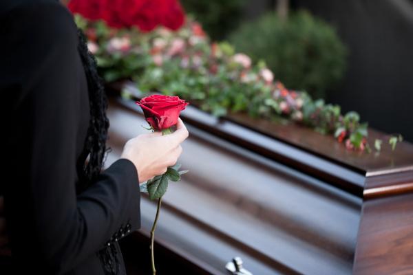 kobieta przy trumnie - pogrzeby Kalla